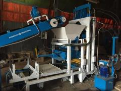 Vibrating press for production of paving slabs, a
