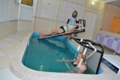 Вытяжение позвоночника в лечебном бассейне при