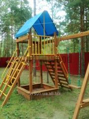Детская площадка деревянная яркая с лестницей, качелей, песочницей