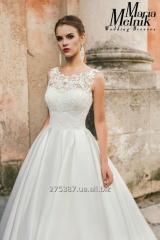 А-силуэтное свадебное платье со шлейфом