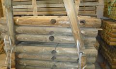 أعمدة ، وأكوام من الخشب اللين