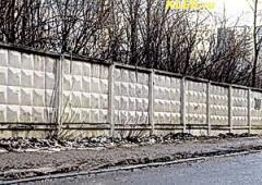 Забор бетонный, колючая проволока, колючій дріт.