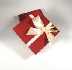 Подарочная коробка с ленточкой и бантиком