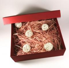 Бордовая коробка с натуральным наполнителем и декором ( экологическими плетенными шариками) 25×25×8 см