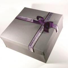 Серая коробка с декором (ленты и бант , Фиолет + белый) 25×25×8 см