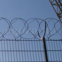 Fil de fer barbelé concertina 400/3 SBB, CFF barrière de sécurité en spirale Concertina 400 mm de diamètre en trois bandes de fer barbelé skobah.Zagrazhdenie renforcé