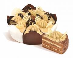 """Koláč """"Parizhanka porcovaný"""" sušenky s kakaem, smetanou potažené kakao smetanou vzduchem. Rozdělen na části kusů. Hmotnost: 0,5 kg, 1 kg .."""