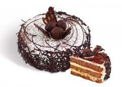 """Bolo """"Tryufaldino"""" biscuit com noz, decorado com padrões de chocolate e varas de chocolate branco. Peso: 0,6 kg 1,2 kg."""