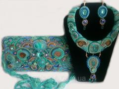 Handbag of a necklace and ear ring with natural