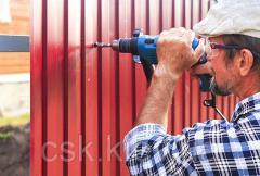 Монтаж профнастила на забор