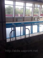 Лестница в бассейн с дополнительными креплениями