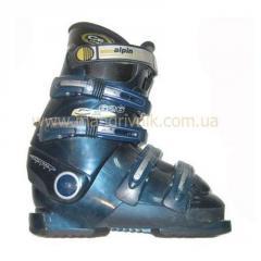 Dağ kayakları, kar üzerinde kayma tahtaları ve alpinizm için ayakkabı