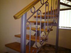 Металлический каркас для лестницы с деревянными ступенями