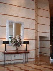 El mármol, el revestimiento de las paredes y las columnas