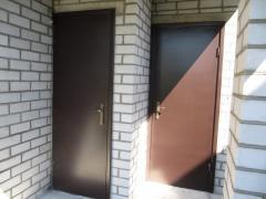 Дверь входная металлическая.