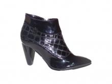 Ботинки женские черные с островатым носком, лак.