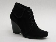 Черные замшевые ботинки на танкетке. Модель