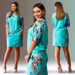 Женское платье с цветочным принтомбольших размеров.