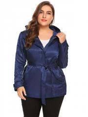 Демисезонная женская куртка с капюшоном.