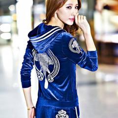 Велюровый-бархатный костюм для женщин с длинным рукавом.