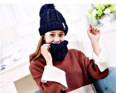Шапка+шарф-хомут для женщин с бубончиком.