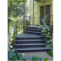 Гранитная лестница и гранитное крыльцо выполнено