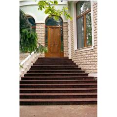 Гранитная лестница с балюстрадой из бетона для