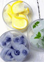 Лед пищевой с кусочками фруктов.