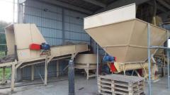 Conveyor pulper round bales