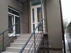 Metallikehikoihin sisäänkäynti portaita...