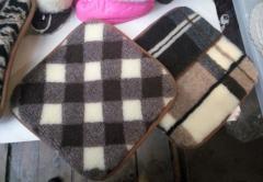 Накидка - подушка на табурет из овечьей шерсти.