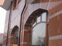 Фасад из натурального камня (мрамор, гранит).