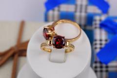 Кольцо р 18 с красным камнем