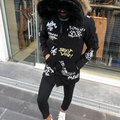 Черная мужская куртка с принтом
