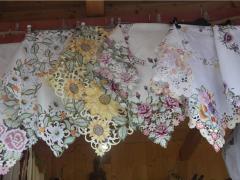 Цветные скатерти или скатерти, украшенные цветным
