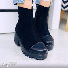 Демисезонные замшевые черные ботинки со вставкой