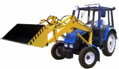 El cargador frontal en la base del tractor