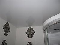 Глянсова натяжна стеля у ванній кімнаті