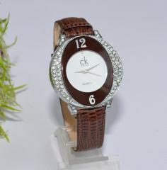 Женские наручные коричневые часы со стразами
