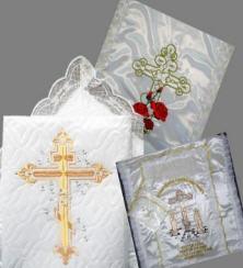 Отделка для гробов: саван (покрывало) для покойного тюлевый, атласный, шелковый. Наборы для похорон (икона, свечи, крест в руки, разрешительная молитва с венчиком). Траурные ленты с подписью. Фурнитура для украшения гроба
