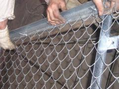 Installation of a grid chain-link in protection