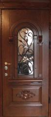 Двери из натурального дерева с элементами металлического узора.