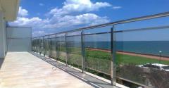 Ограждения террасы из нержавеющей стали и стекла
