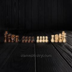 Набор маленьких деревянных шахматных фигур...