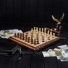 Набор маленьких шахматных фигур из дерева...
