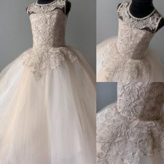 Праздничное платье для девочки с золотистым