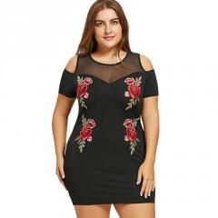 Облегающее, сетчатое платье с открытыми плечамибольших размеров.