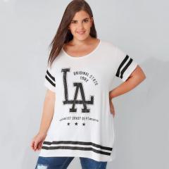 . Модная футболка с письменным принтом больших размеров.