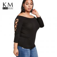 Модная одноцветная футболкас открытыми плечами больших размеров.