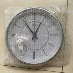 Кварцевые настенные часы с римскими цифрами.